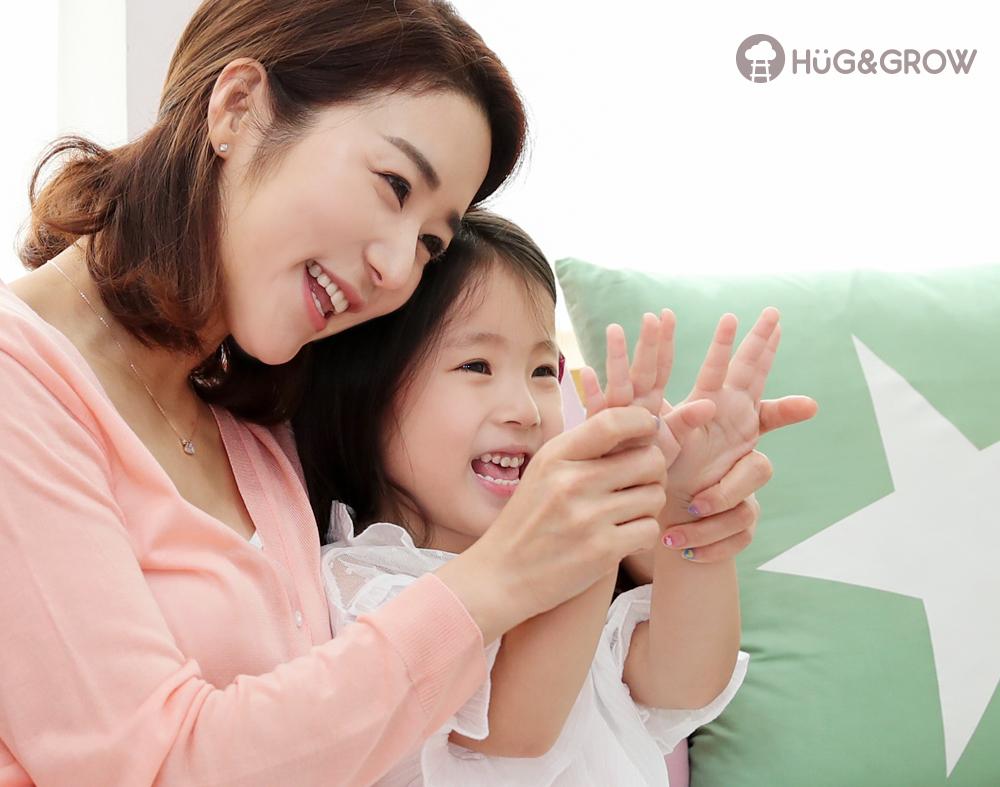 네일아트 한 손보며 즐거워하는 아이와 엄마