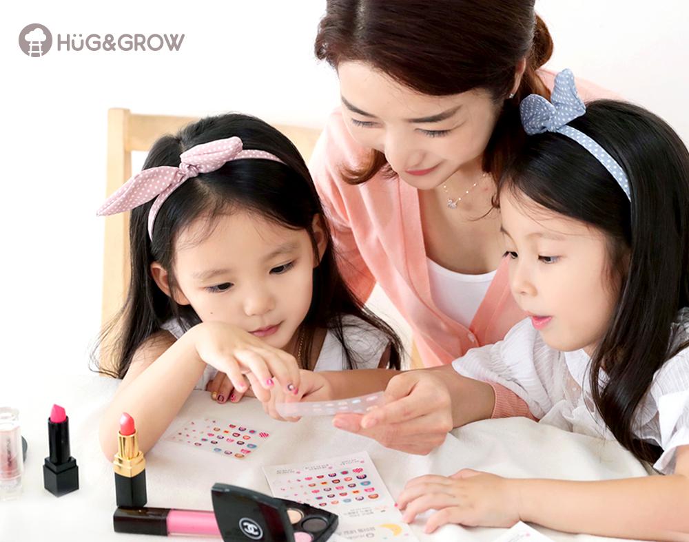 엄마와 함께 네일아트 놀이하는 아이들