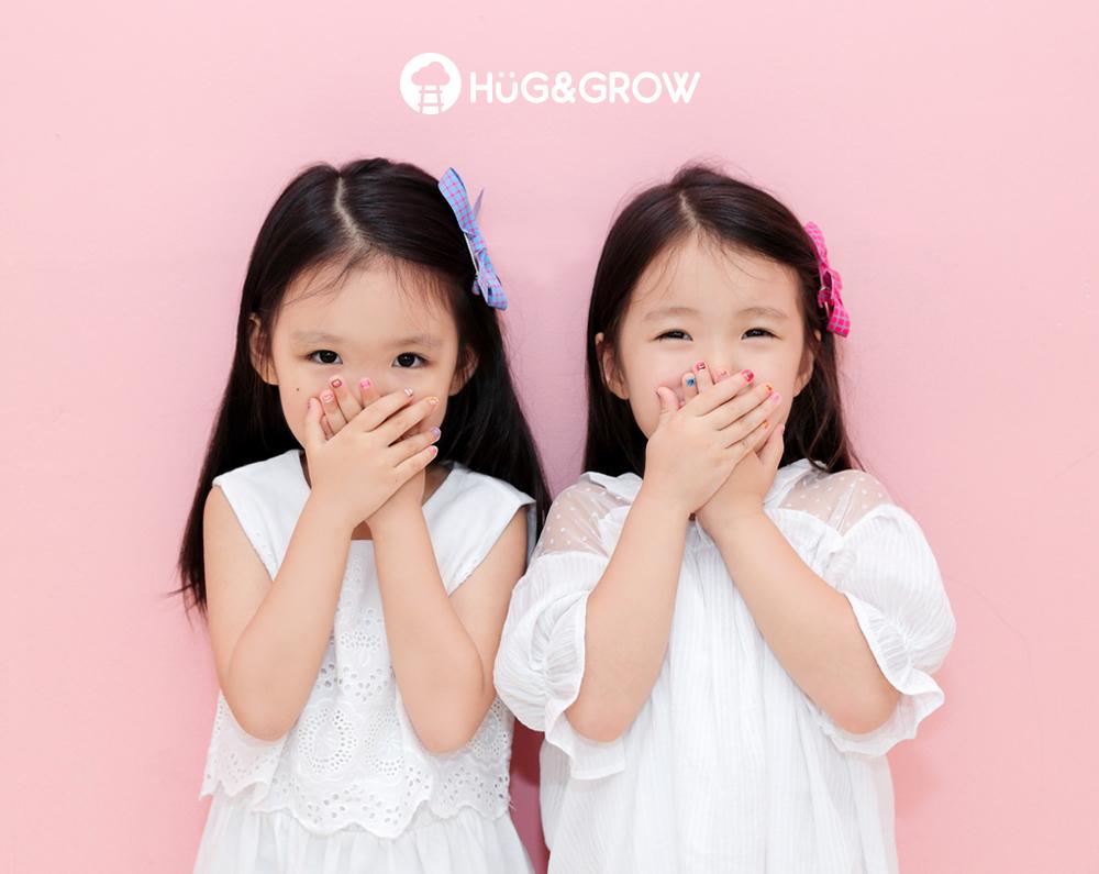 허그앤그로우 네일스티커로 네일아트한 여자 아이 두명