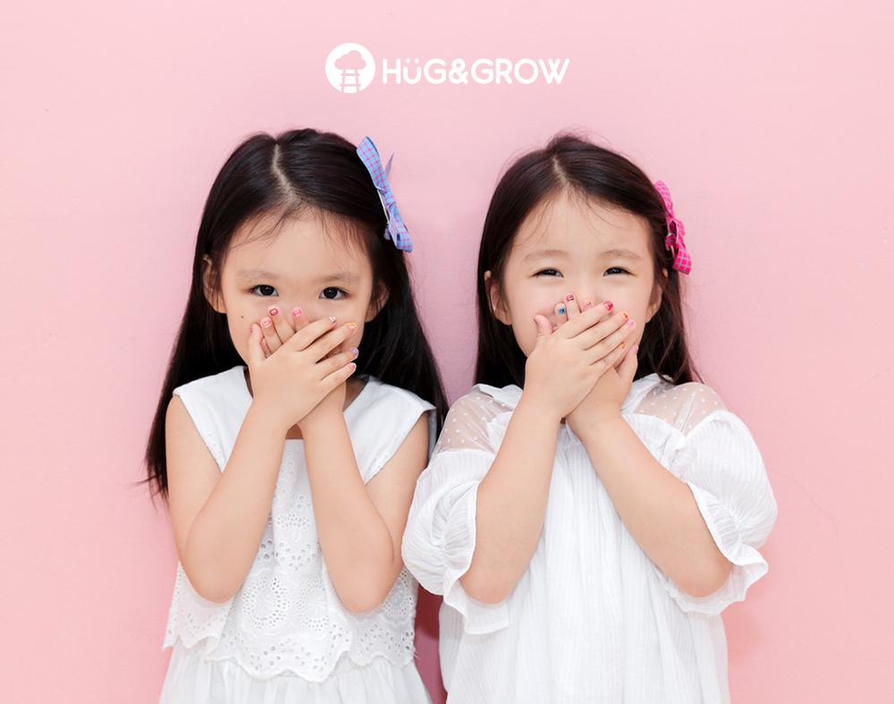 허그앤그로우 네일스티커로 네일아트한 여자아이 두명