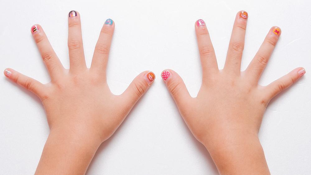 소녀소녀 디자인으로 네일아트한 손