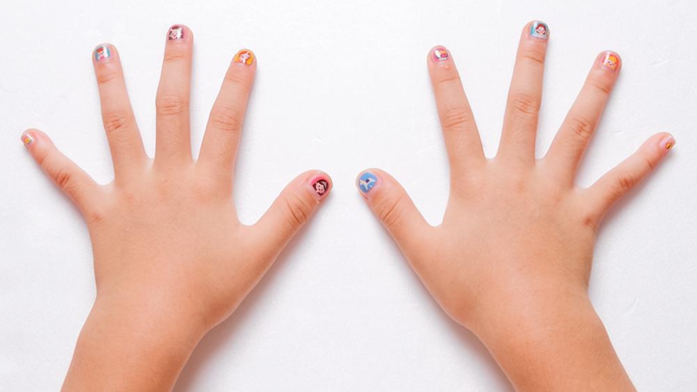 프린세스 디자인으로 네일아트한 손