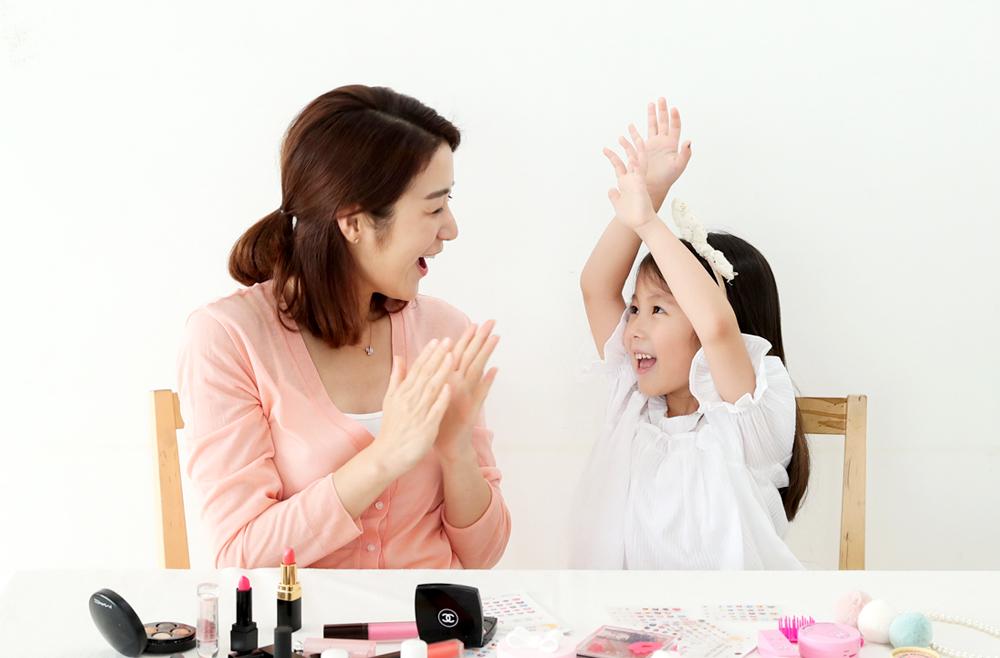 아이를 칭찬해주는 엄마와 기뻐하는 아이