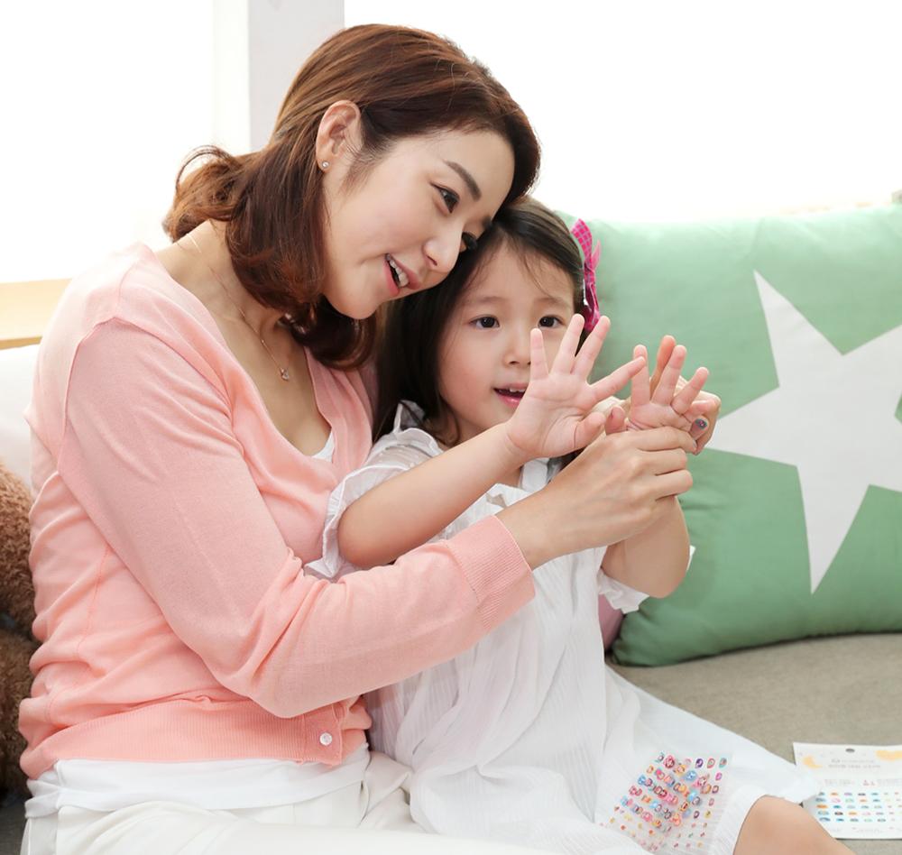 허그앤그로우 유아 네일 스티커로 네일아트한 후 즐거워하는 엄마와 아이