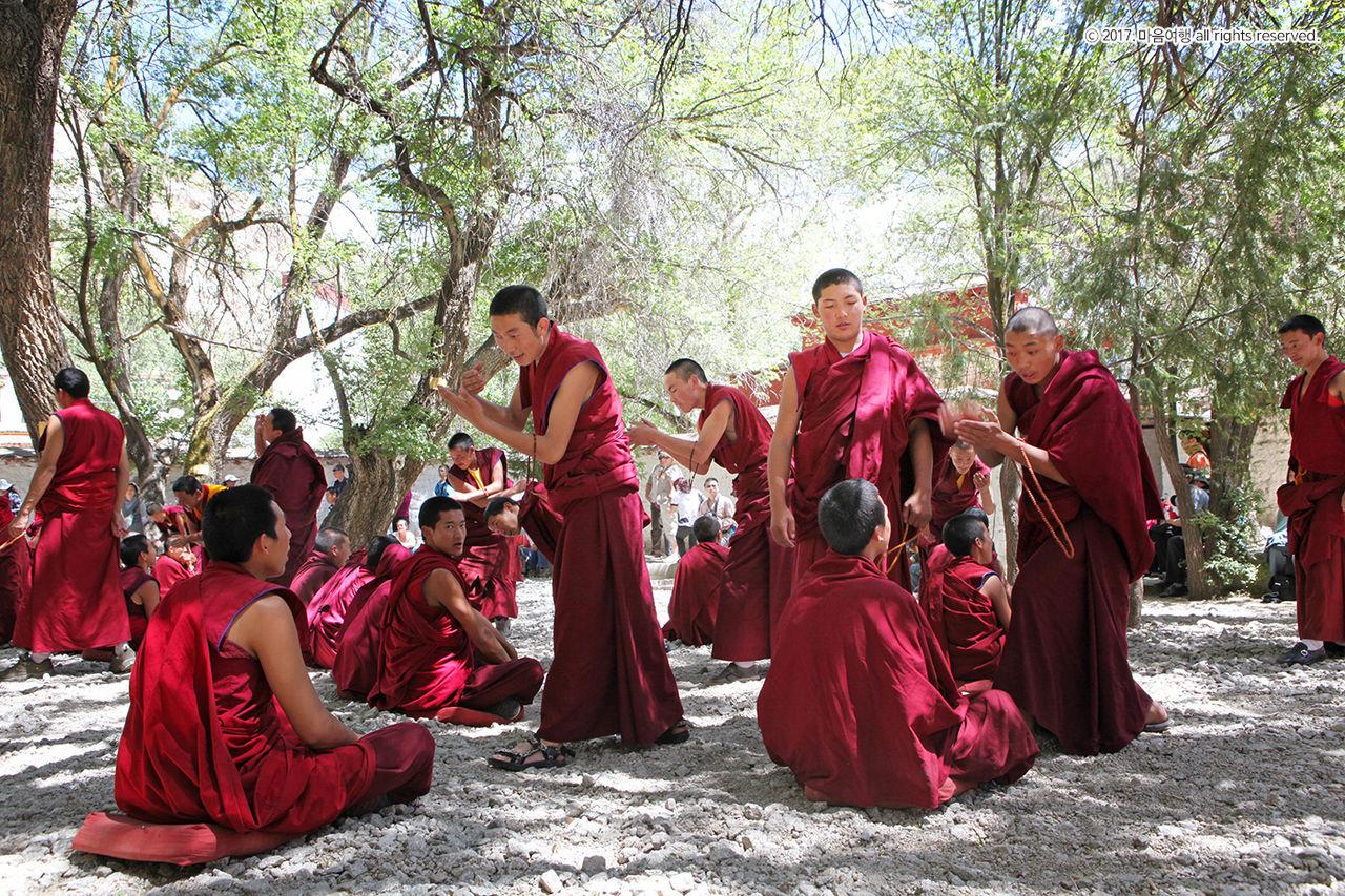 세라사원, 대화를 나누는 승려분들의 모습