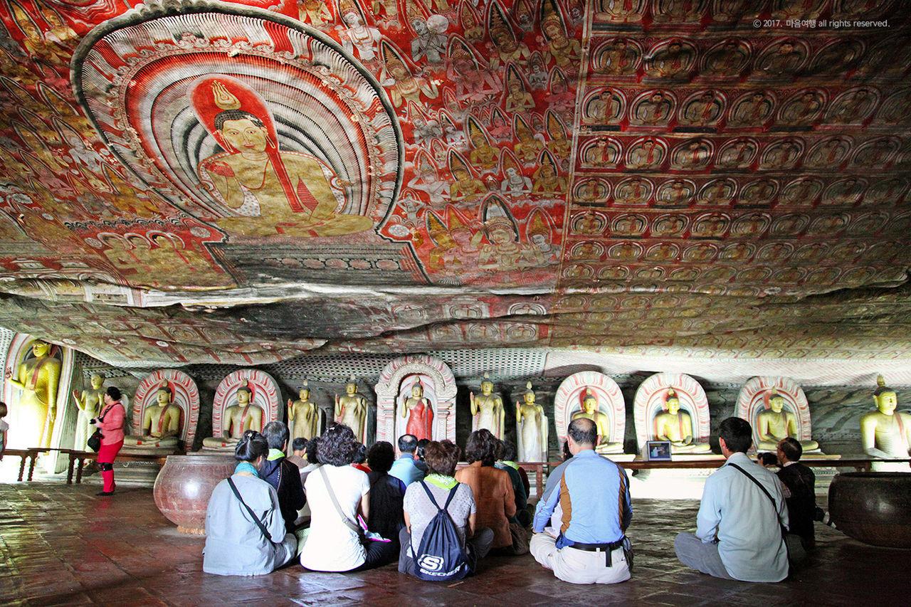 담불라 동굴사원에서 기도중인 순례자