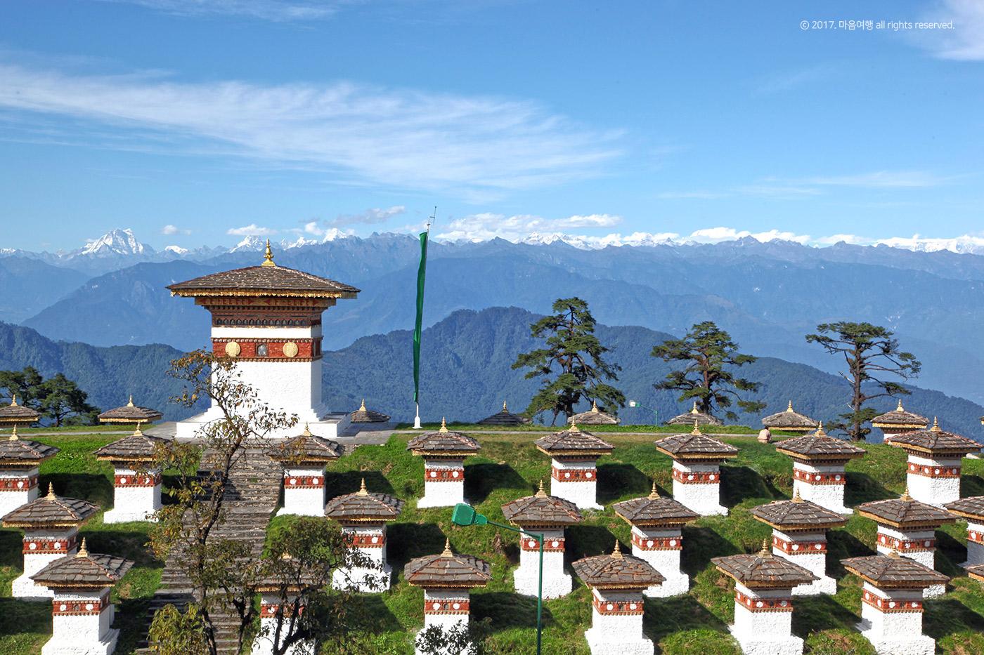 히말라야 산맥이 보이는 도출라 고개의 108탑