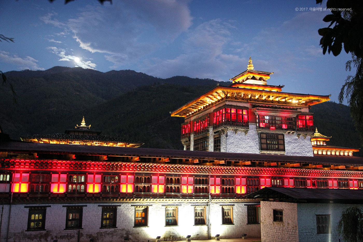 부탄의 정부청사이자 왕궁사원인 타시초 종