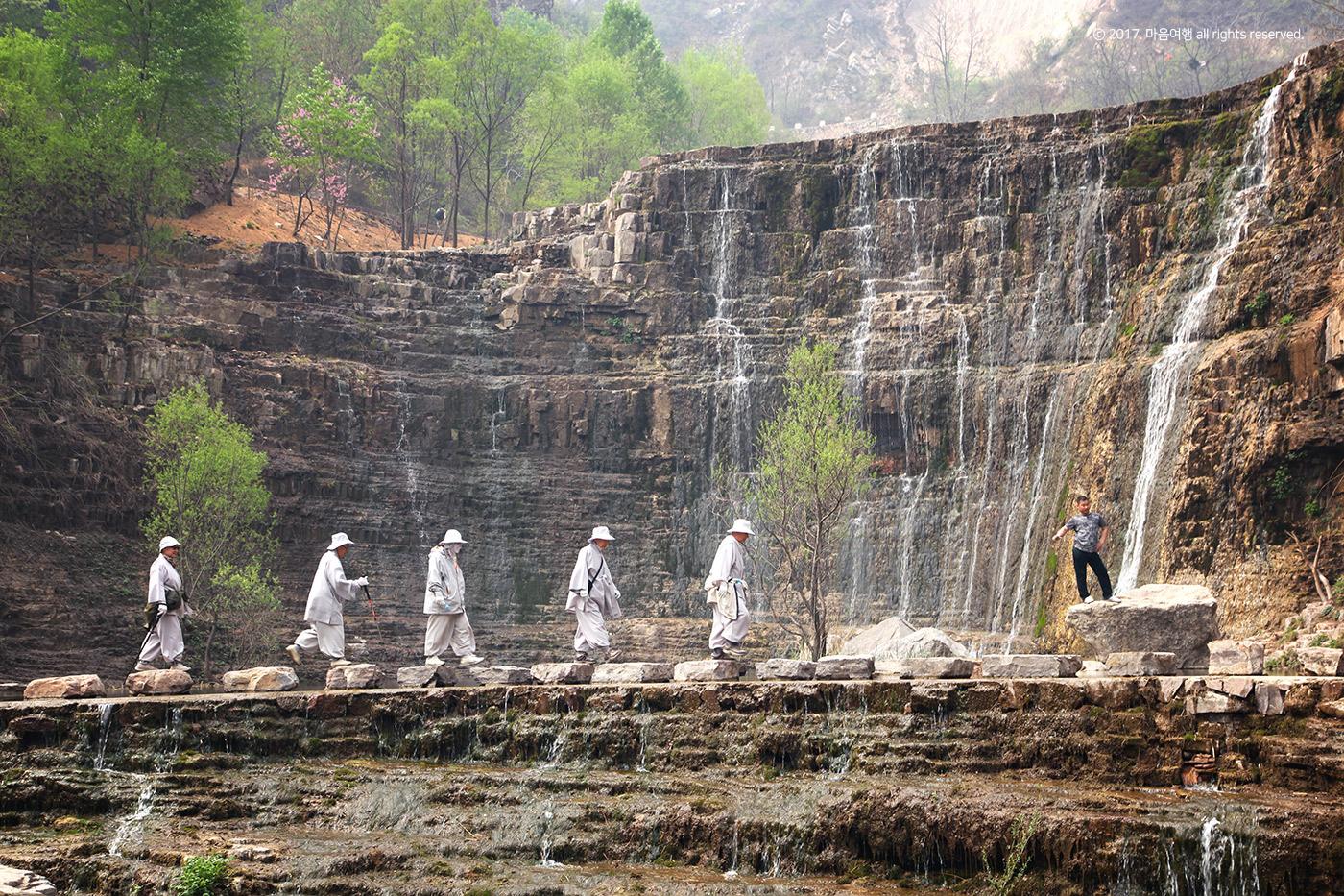태항산-도화곡 : 구련폭포를 건너는 스님들