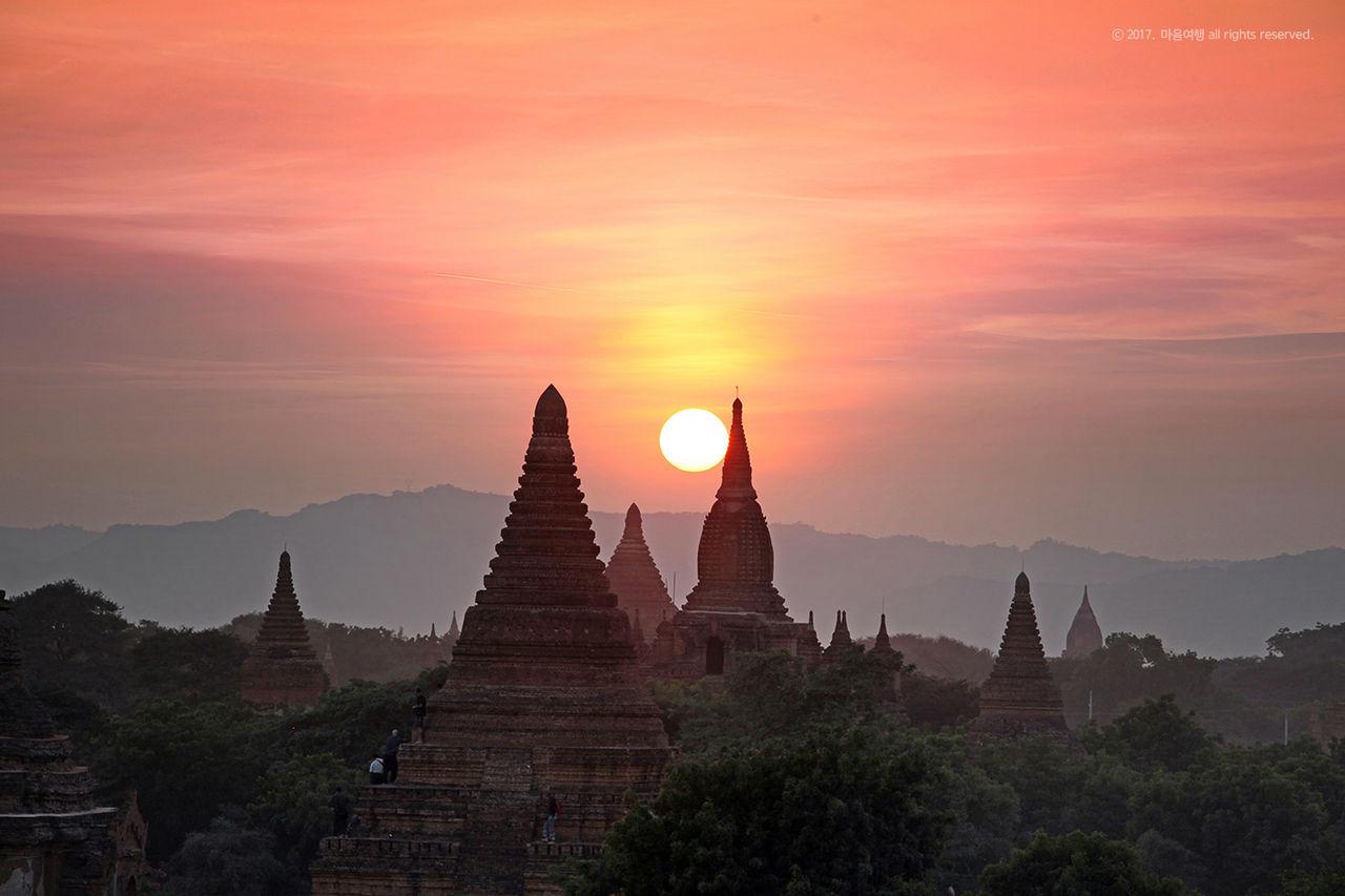 미얀마 쉐산도 파고다에서 바라본 바간 일몰 풍경