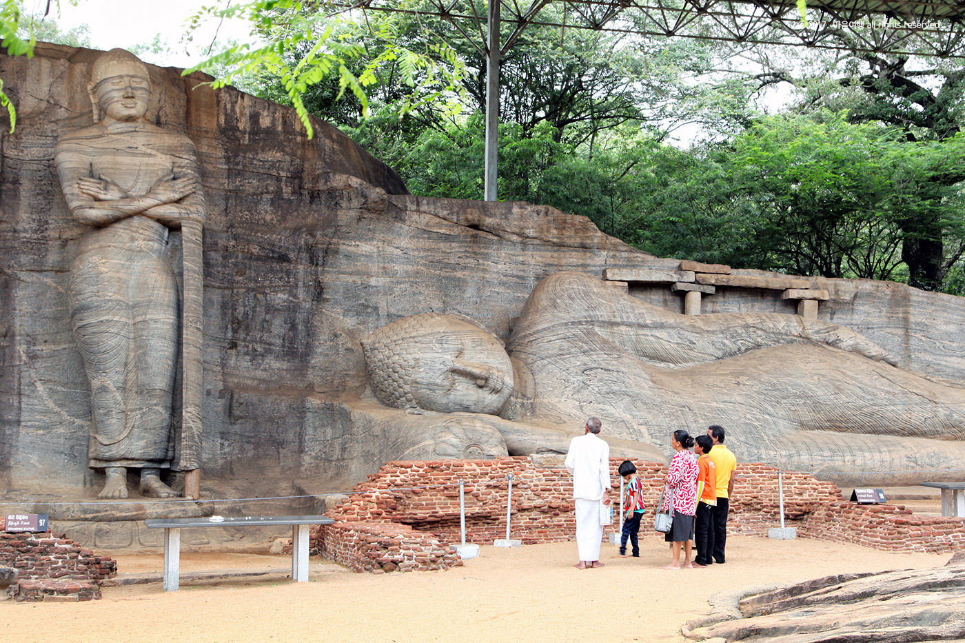 자연 바위석에 불상을 조성한 - 칼비하라 사원
