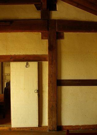 [사진3-11] 안채 기둥(대청안방부)