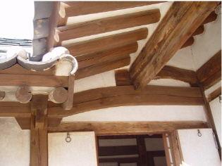 [사진3-29] 안채 처마 (전면.회첨부)