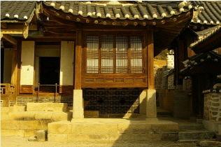 [사진4-04] 열화당 기단과 초석 (전면누마루)