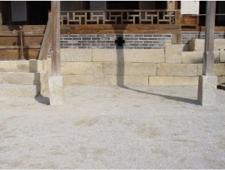 [사진4-05] 열화당 초석 (전면.채양)