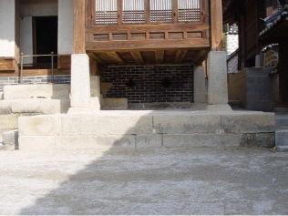 [사진4-06] 열화당 초석 (전면.누마루)