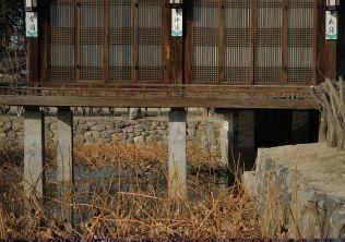 [사진5-04] 활래정 장주형 수중초석(전면)