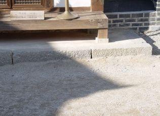 [사진6-25] 연지당 기단과 초석 (내부)