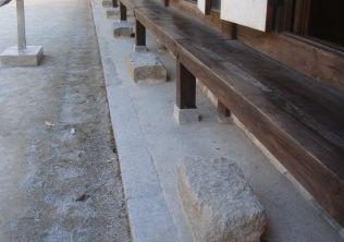 [사진6-34] 중사랑채 기단 및 초석