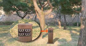 나무표시목에 고인의 명패로 표시합니다.