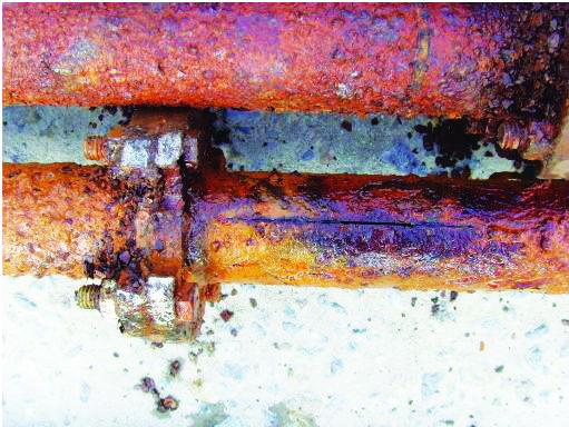 오래된 녹슨 양수관 모습