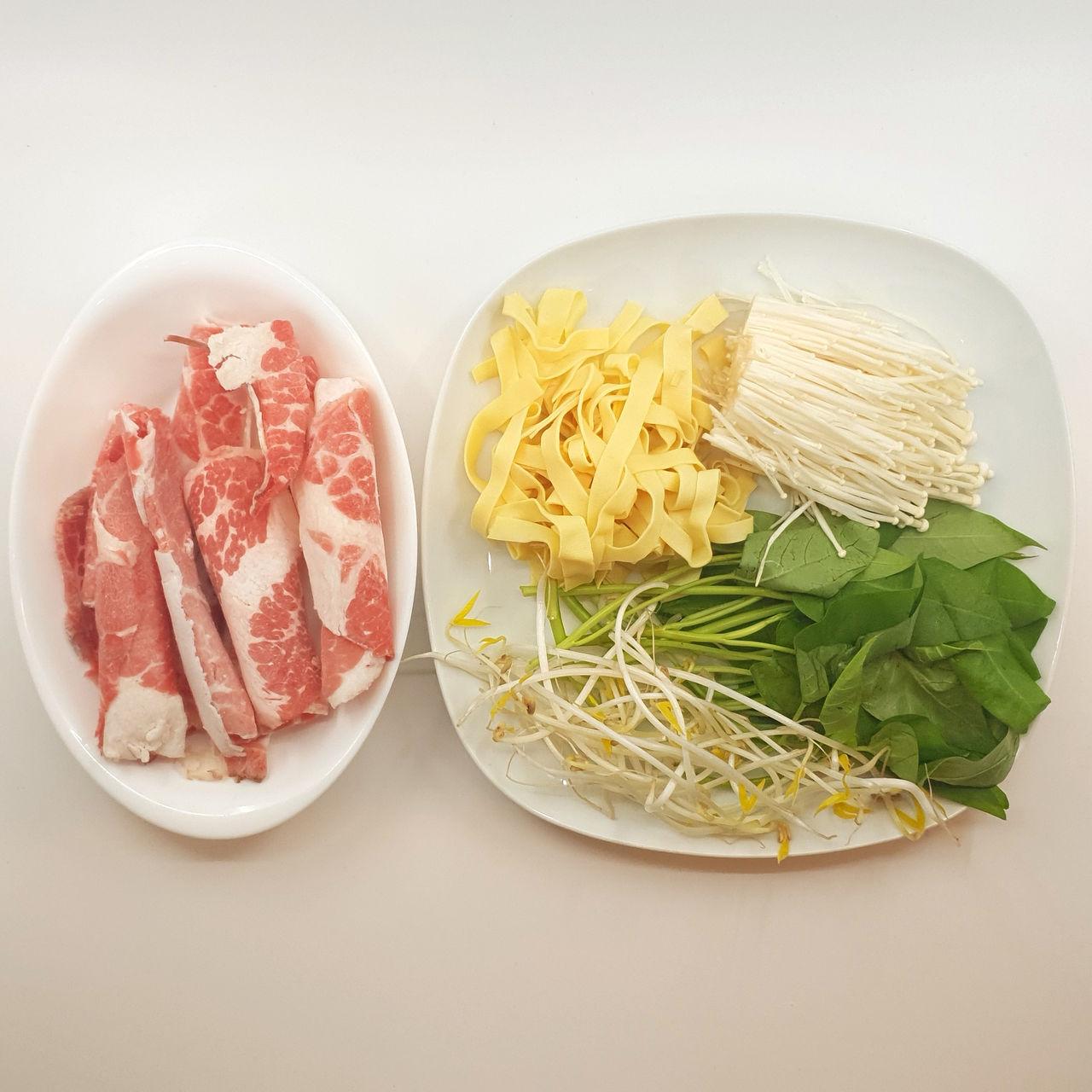 1. 조리시작 전 그릇에 소고기 목심과 불고기소스를 넣고 고루 버무려 30분 이상 재워두세요
