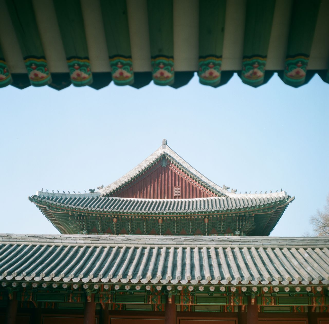 "<span style=""color: rgb(102, 102, 102); font-size: 11px; border-bottom:1px solid #999;"">가게를 가득 메운 사람들</span>"