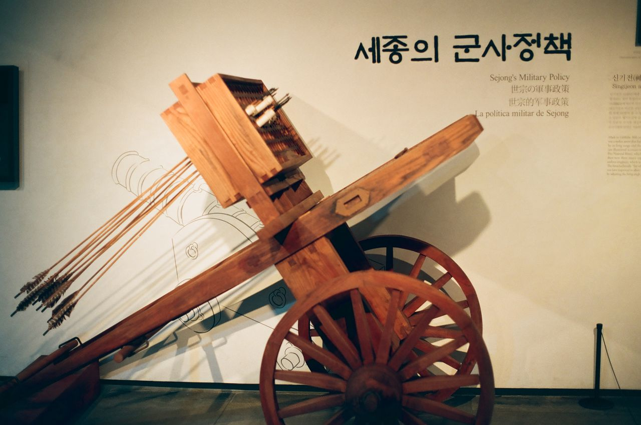 """<span style=""""color: rgb(102, 102, 102); font-size: 11px; border-bottom:1px solid #999;"""">가게를 가득 메운 사람들</span>"""