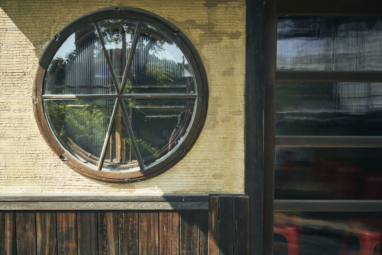 일본식이면서 중국의 영향도 느낄 수 있는 원형의 창문. 그 당시 유리는 보석만큼 비쌌다.