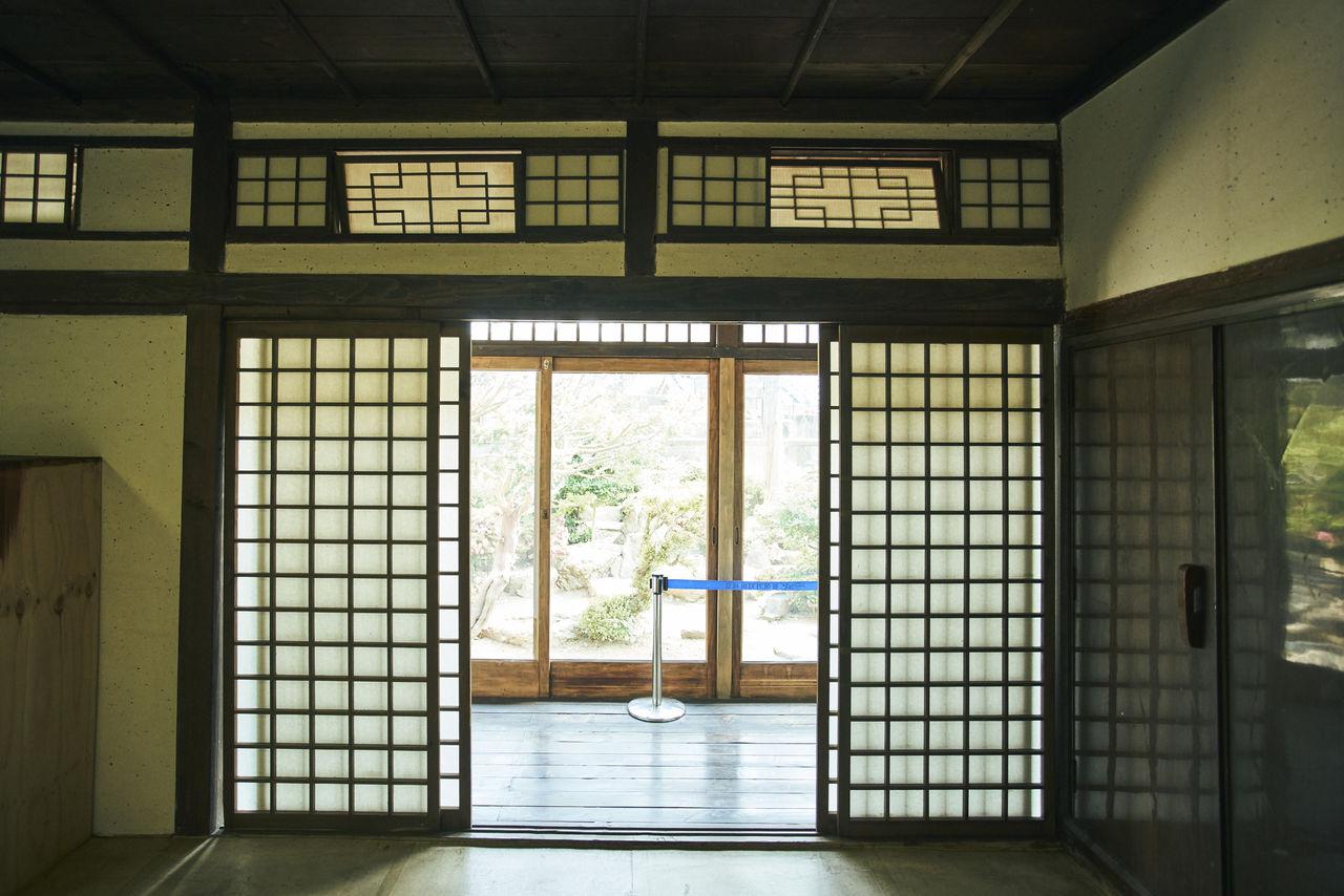 미닫이 문에서 발견한 비슷한 듯 다른 점 하나. 문살의 안쪽에 창호지를 바르는 한국과 달리, 일본은 문살 바깥쪽에 창호지를 바른다. 이것 역시 밖에서 들어오는 습기로부터 나무 문살을 보호하기 위한 방법.