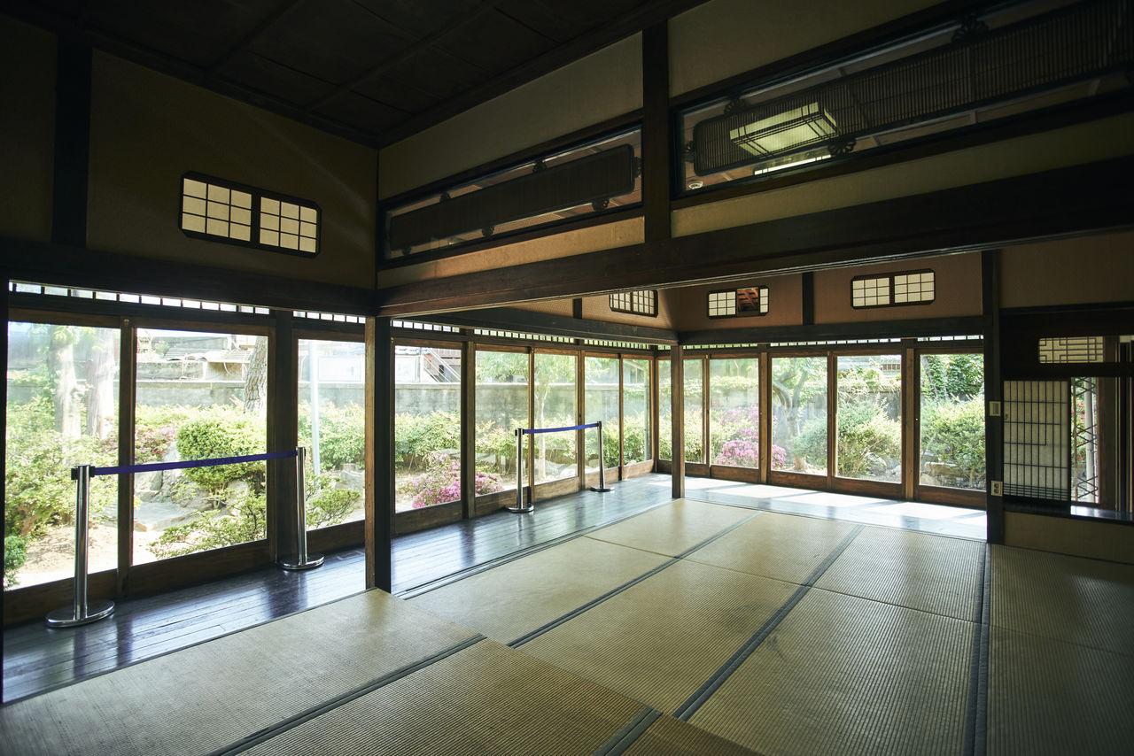 방과 복도는 '후스마'라는 이동식 칸막이로 구분해 두었다. 열면 시원하게 트인 공간이, 닫으면 아늑하게 독립된 공간이 만들어지도록 만든 점이 인상적.