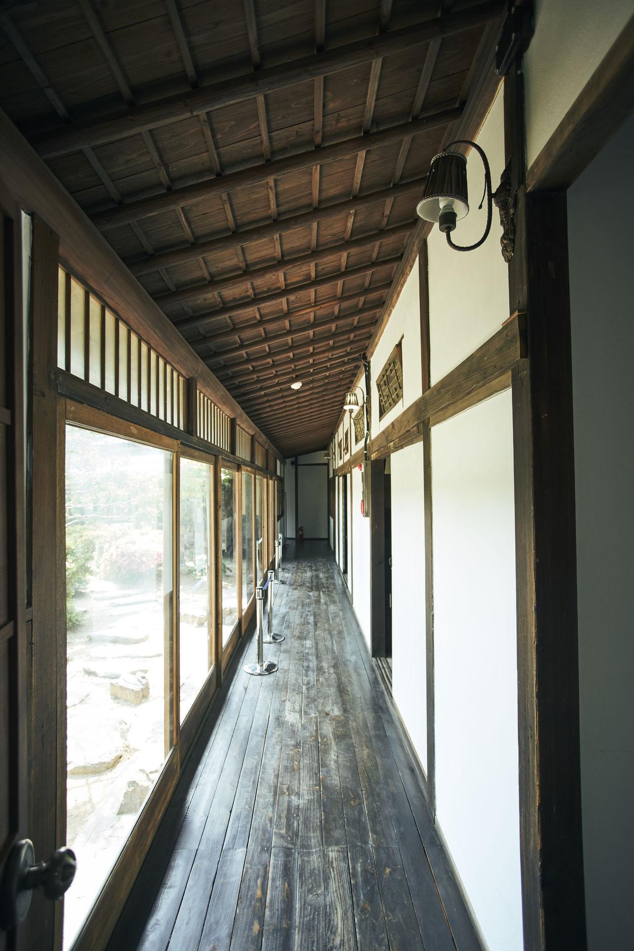 일본식 가옥의 또 한 가지 특징은 여러 채의 건물이 모두 복도로 연결되어 있다는 것이다. 한 채씩 따로 떨어져 있어 신발을 신고 건너가는 한옥과는 다른 경험. 같은 특징을 동국사에서도 볼 수 있다.