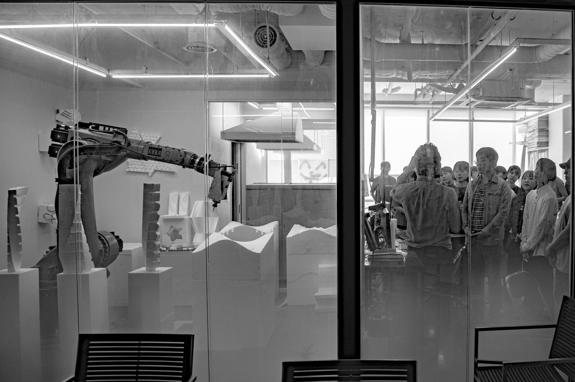 """워크샵<br><font size=""""5""""><Strong>Robotics Atlier<br></font></strong><font size=""""2"""">로봇을 활용한 실제적인 디자인 프로세스를 경험해보세요.<br></font>"""