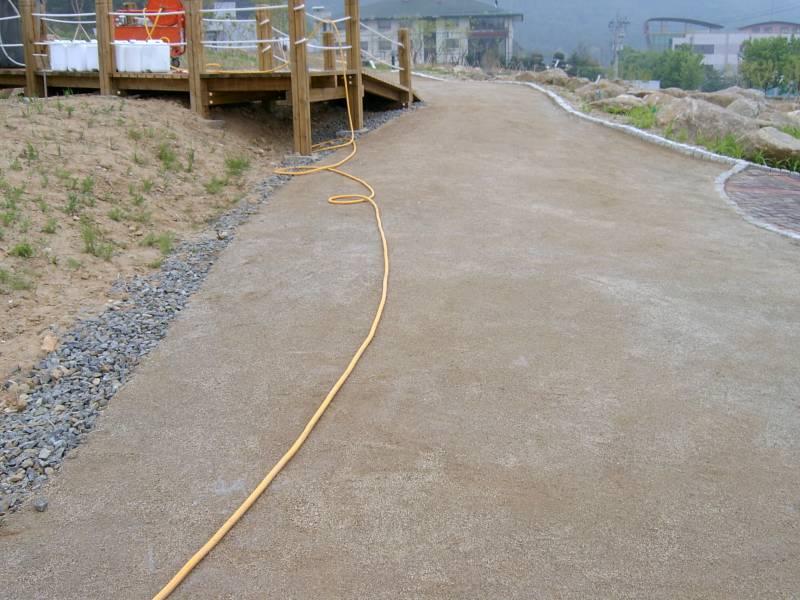쏘일코트가 양생화되면 흙 길 그대로의 모습을 보존합니다.