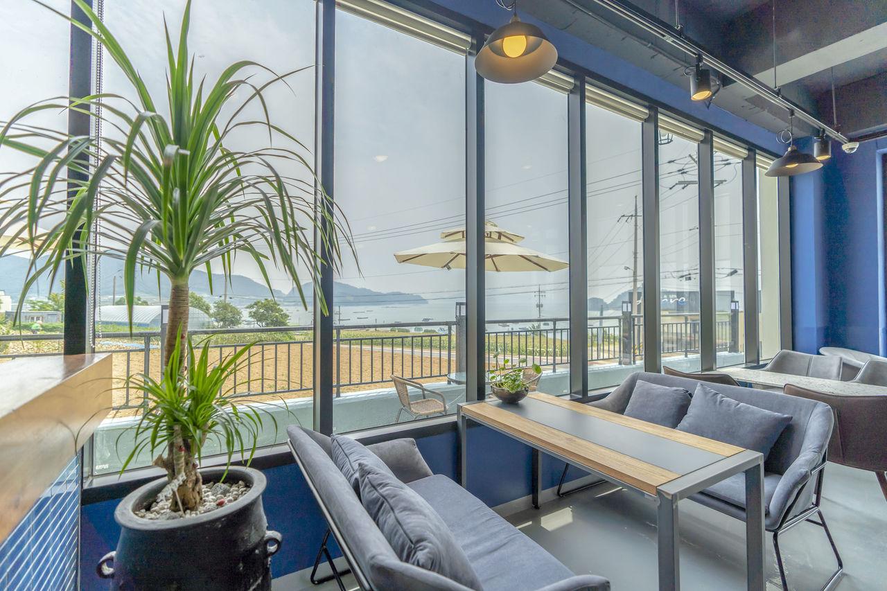 카페(1층에 위치)<br><br> 바다를 보며 커피한잔의 여유!