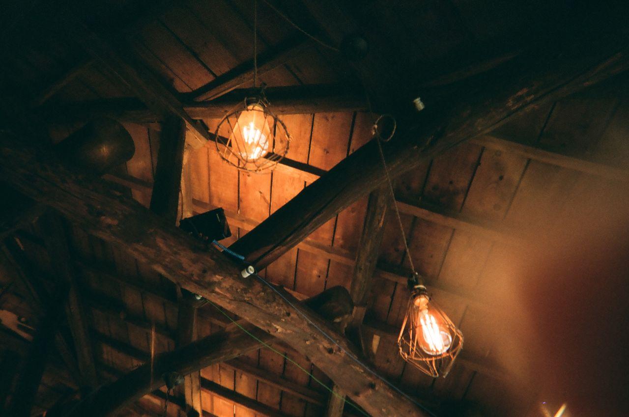 """""""천장이 굉장히 흥미로워요. 목재에 오래된 일본 한자 같은 것들이 씌어 있네요. 이 건물이 지어진지가 백년이 넘었다니!"""" - Adina"""