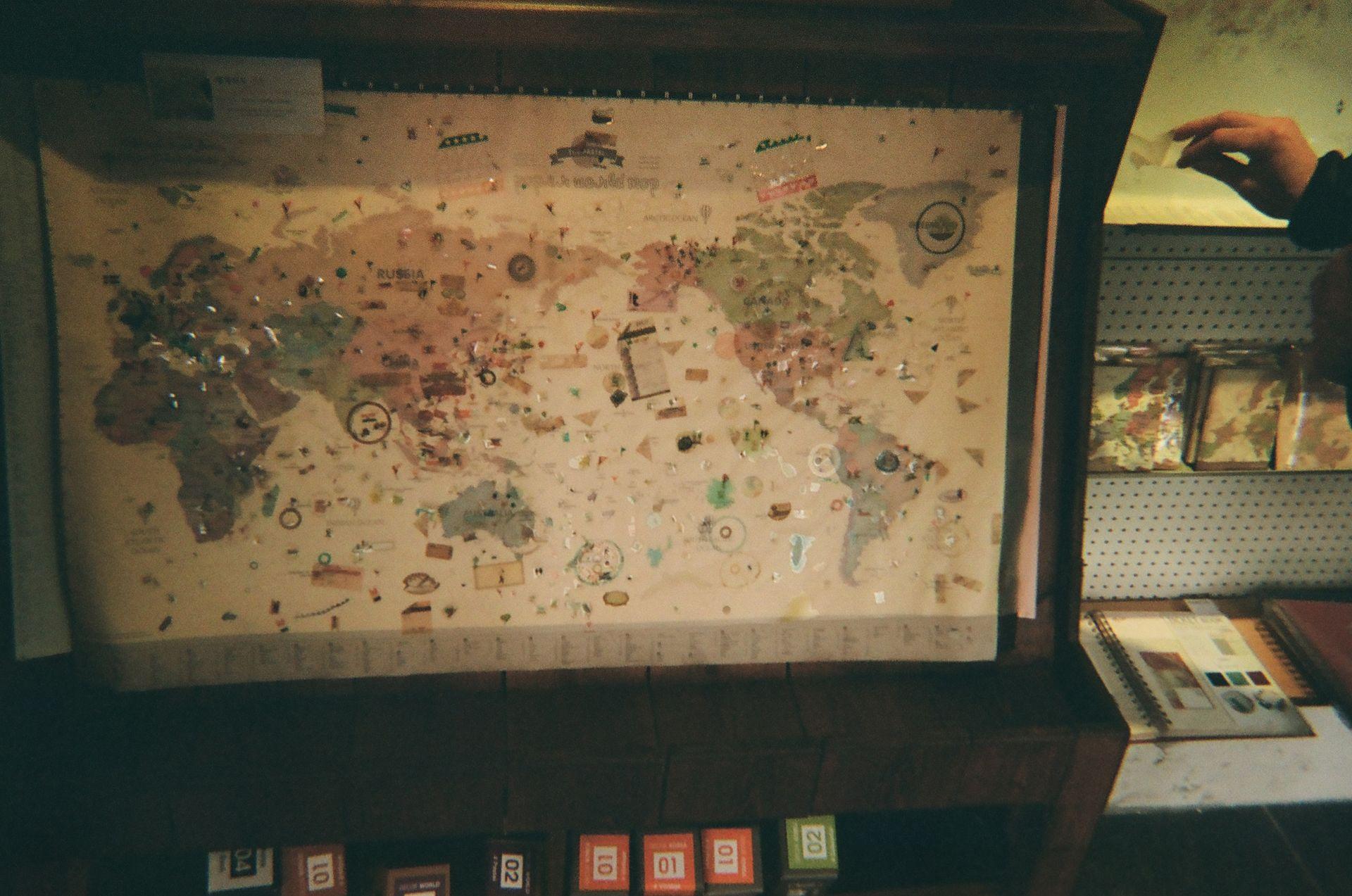 """""""서점에서 세계 지도를 샀습니다. 내가 가본 곳들을 표시할 수 있게 되어 있어서 멋져요!"""" - Derek"""