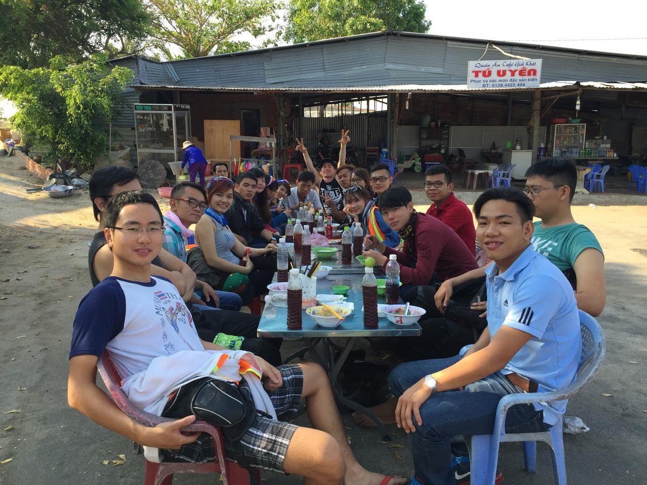 베트남의 로컬 캠핑 동호회원들과