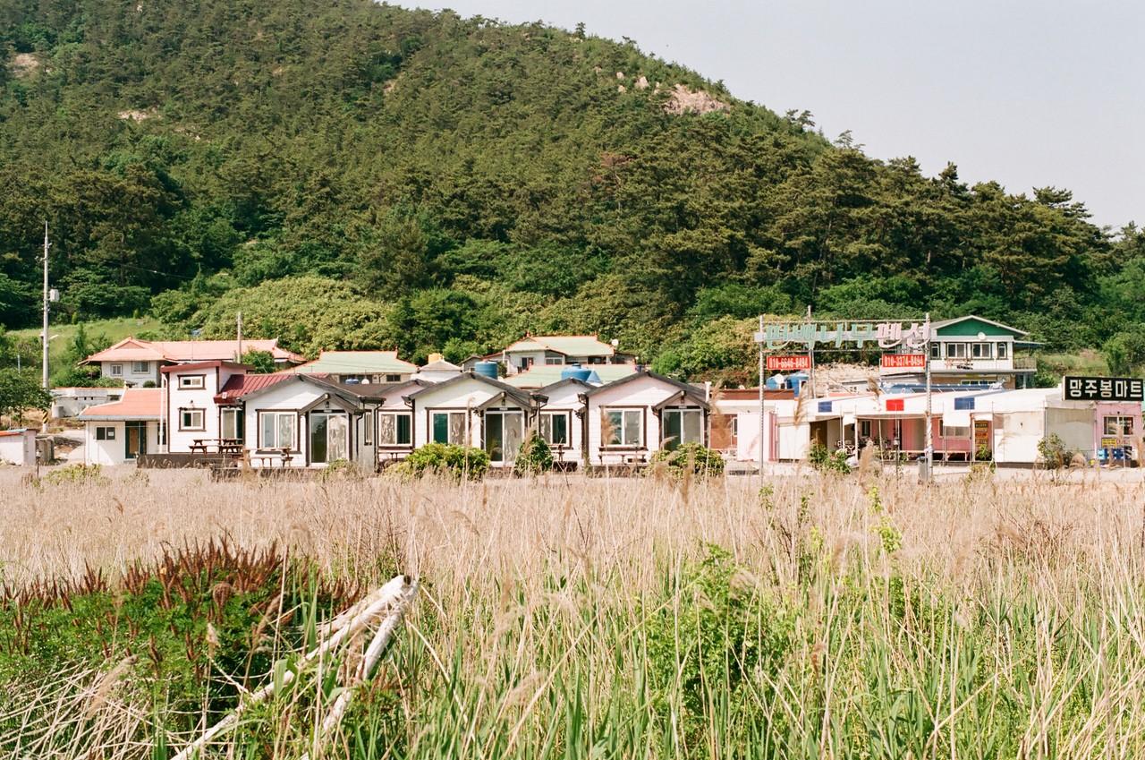 #6. 섬의 안쪽에는 작은 마을이 있고, 군데 군데 여행자를 위한 펜션도 있다. 다음 번에는 친구들과 여럿이 함께 놀러오는 것도 즐겁겠다는 생각을 하면서 더 안쪽으로.