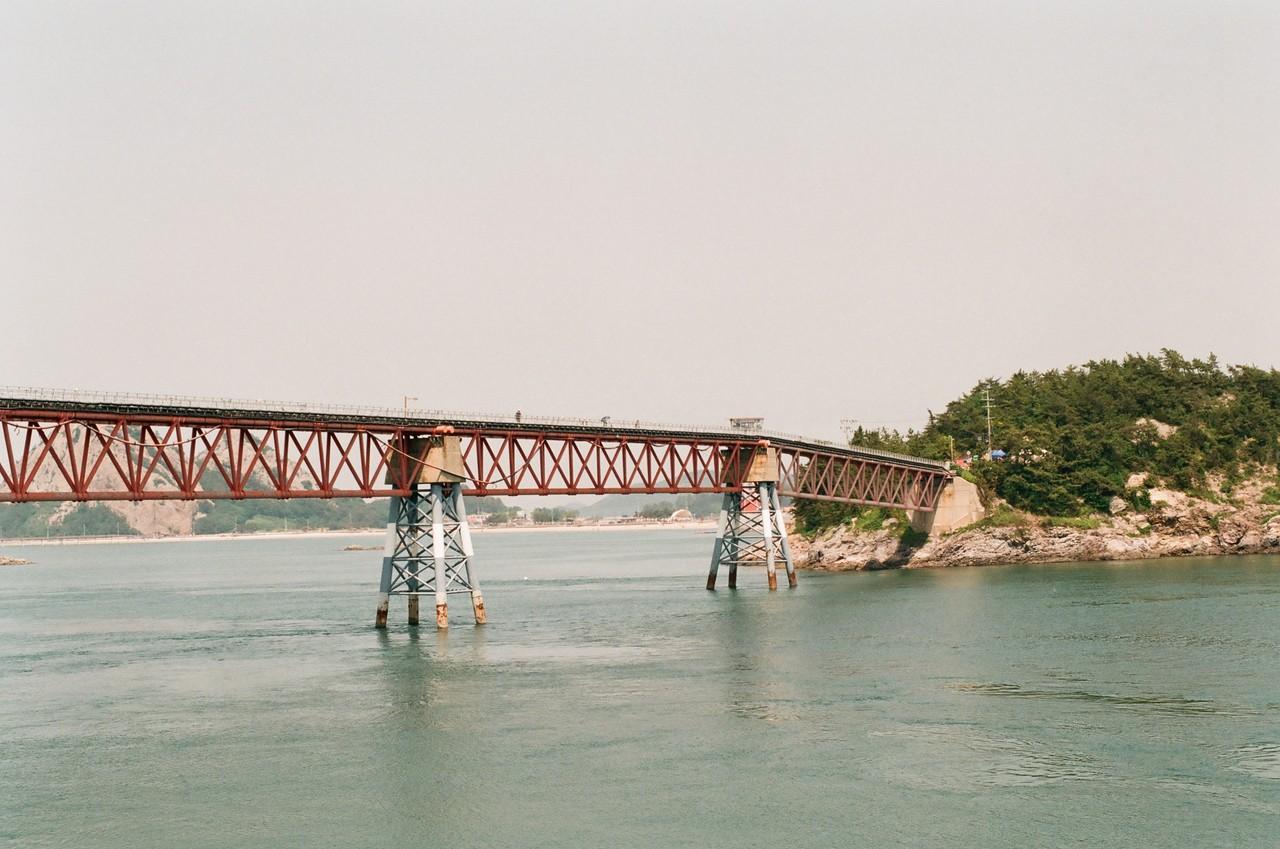 #7. 섬과 섬의 사이 사이 다리가 놓여지면서 이제는 배를 타지 않고도 가장 안쪽 섬까지 들어갈 수 있게 됐다. 선유도와 군도의 끝 '장자도'를 연결하는 다리. 걸어서, 또는 자전거를 타고서만 입장 가능.