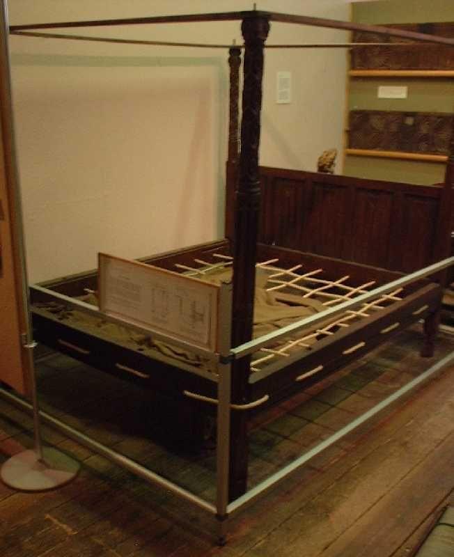 16 세기 로프 침대. 제작자는 침대 바닥에 구멍을 통해 로프를 당겨 침대의 중앙 플랫폼을 형성했다. (이미지 제공 : Saffron Walden Museum)