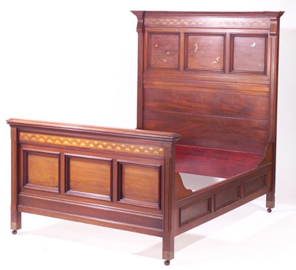 19 세기에 만들어진  마호가니 침대 : 황동, 진주, 구리 및 납의 라인과 그림 상감. (이미지 제공 : Ragoarts)