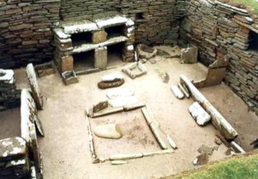 오크니 스코틀랜드 영국에 위치한 Skara Brae 선사 시대 마을에 돌 장식물과 2 개의 돌 침대가 특징인 후기 신석기 시대 집. (이미지 제공 : 선사 시대 영국)