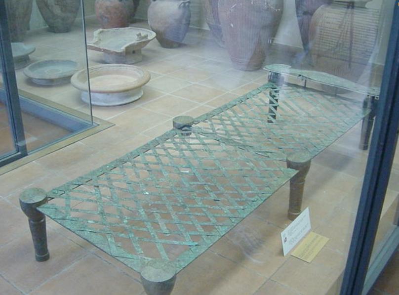 에트루리아 금속 침대 프레임. 플랫폼은 금속과 함께 엮어져있다. 깃털이나 밀짚 매트리스가 맨 위에 사용됨 (이미지 제공 : 바티칸 박물관)