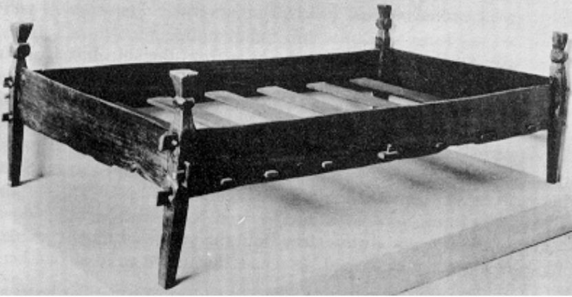 너도밤 나무로 만든 10 세기 노르웨이 침대. 침대 플랫폼은 나무 판으로 되어 있고  밀짚이나 건초를 자루에 넣어 바이킹 매트리스를 만듬 (이미지 제공 : 하우스 Greydragon)