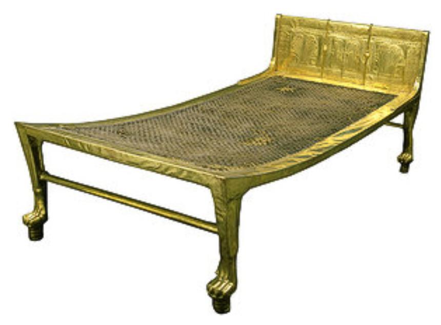 청동기시대 이집트 산 우드 침대. 금 덮개와 짠 매트로 구성된 플랫폼이 특징. 동물 모양의 다리는 이 시대에 많은 이집트 침대 스타일을 강조 (이미지 제공 : 영원한 이집트)