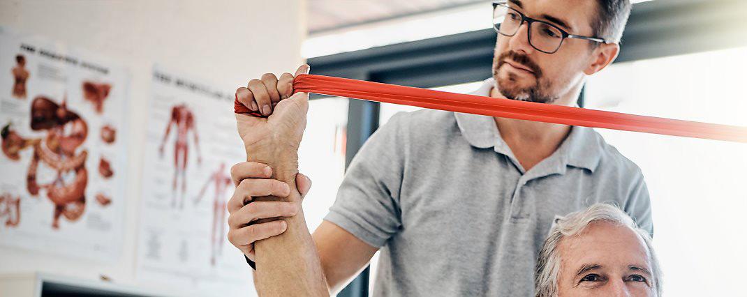 신체 기능을 호전 시키고 일상생활의 수행을 쉽게 하도록 돕는 데  운동을 이용한 치료법