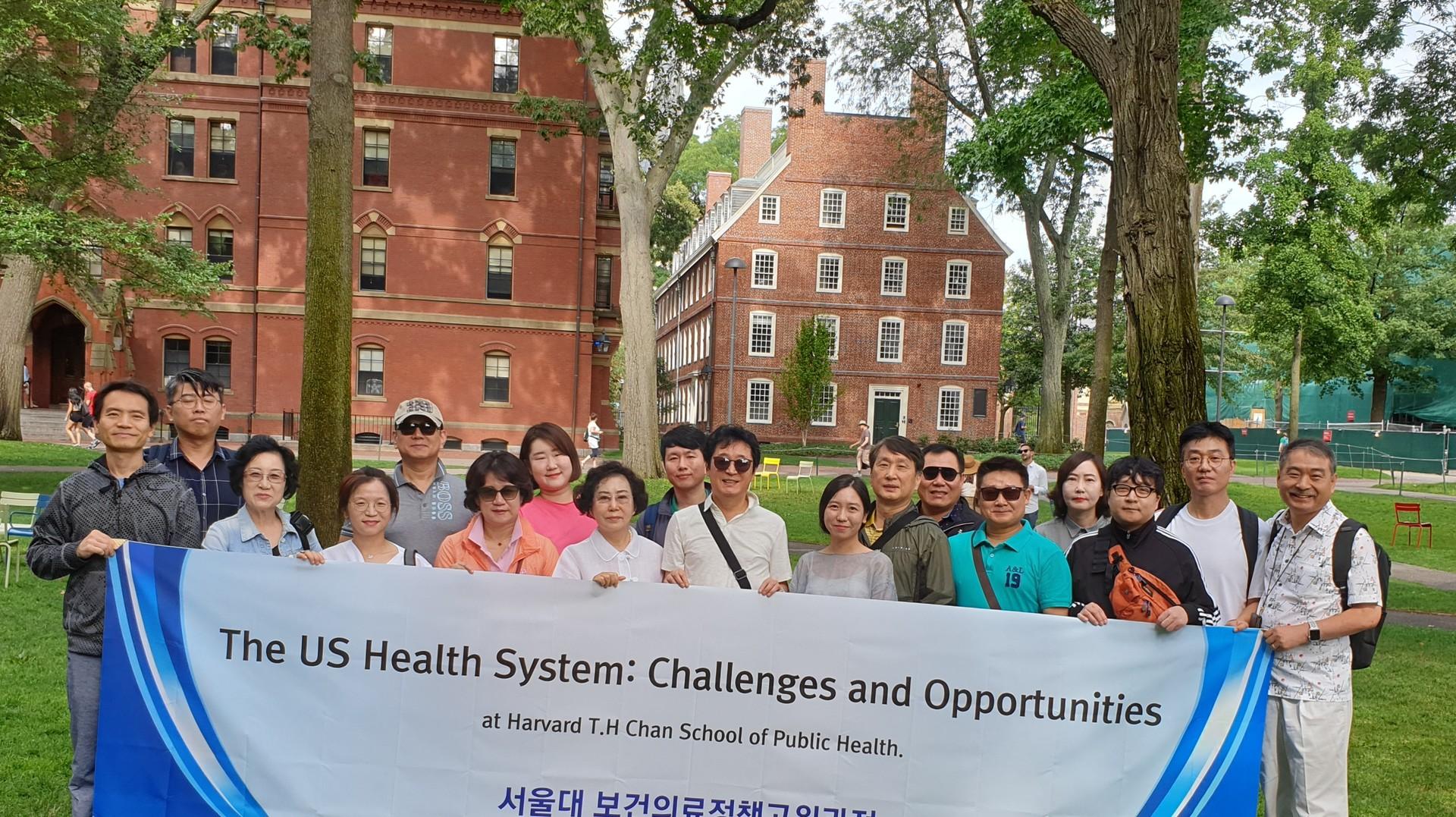미국 하버드 교정에서 서울대학교 보건대학원 원우들과 기념촬영.