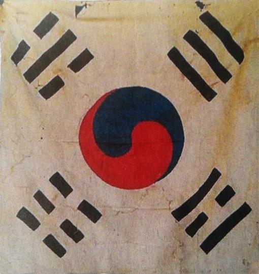 선교장태극기- 1950년 일어난 한국전쟁 당시 경주시 지역에서 자원한 학도병들의 서명이 있는 태극기.   학도병들의 굳은 의지와 각오가 태극기 바탕에  생생하게 표현되어 있다.