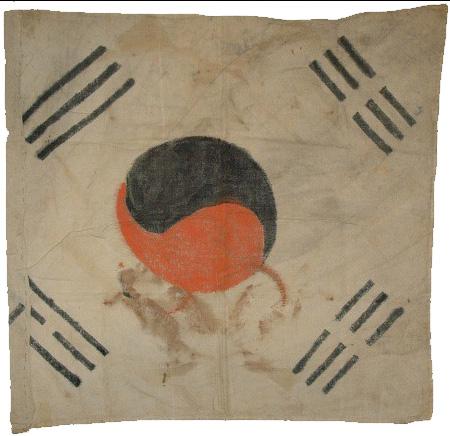 반공 포로가 만든 태극기 - 1953년 한국전쟁 시기 거제도에 수용되어 있던 북한군 포로 가운데 북송을 거부한 반공포로가 만든 태극기. 1953년 6월 18일, 19일에 단행된 반공포로의  석방은 대한민국이 주권국임을 내외에 천명한 역사적 사건이었다.
